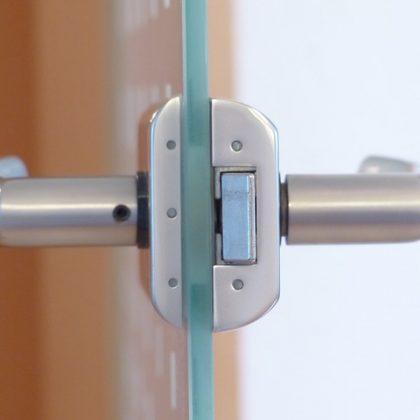 תחזוקת דלתות זכוכית למשרדים